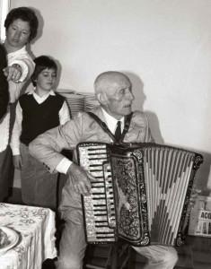 Piero che suona la fisarmonica