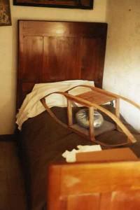 una foto recente della monega sopra ad un letto di una vecchia casa di campagna