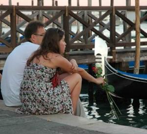 due fidanzati in riva degli Schiavoni e lei ha appena ricevuto in dono il bocciolo