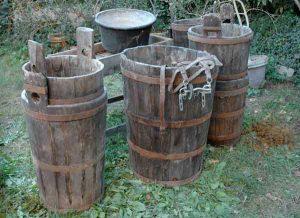 alcuni mastelli in legno di varie misure per il bucato